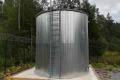 Фото полипропиленовой емкости для ГВС 95 градусов, на 50 м³ Ø4000 Н 4000 емкость полностью утеплена и облицована, установлена металлическая наружная и нержавеющая внутренняя лестницы и верхняя площадка для обслуживания (30.08.19)