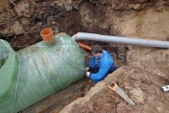 Фото 7. Крепление жироотделителя к бетонному основанию и присоединение центральной трубы
