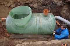 Фото 8. Крепление жироотделителя к бетонному основанию и присоединение центральной трубы