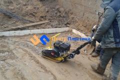 Выставление опалубки и трамбовка песчаного основания