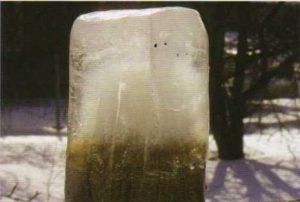 Ледовая глыба извеченная из аэротенка. Очищенная вода в верхней части, а в нижней активный ил