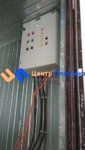 вид на пульт управления насосами и подводкой электрических кабелей от насосов внутри павильона