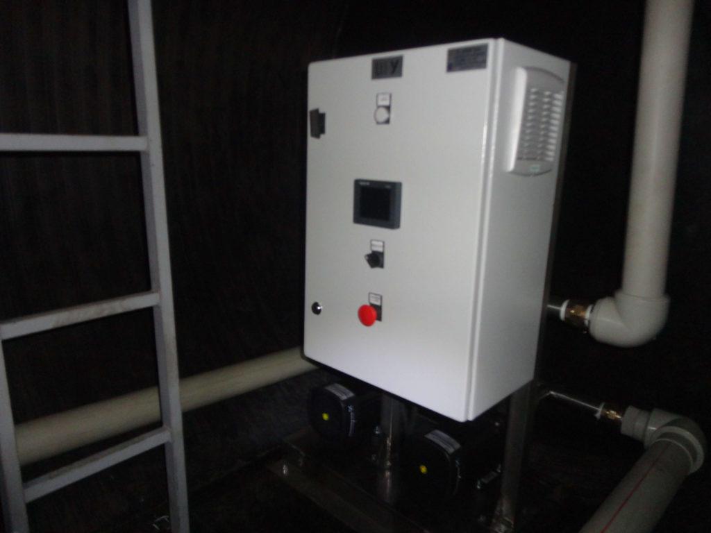 Насосная станция повышения давления, для питьевого водоснабжения жилых танхаусов, производительностью 20 м³/час напором 40 метров, с размещением в сухом отделении подземной пищевой емкости объемом 20 м³ с внутренней обвязкой.
