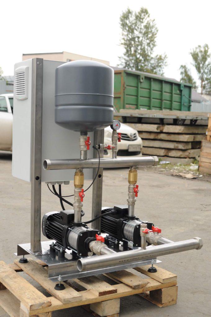 Насосная станция питьевого водоснабжения производительностью 20 м³/час, напором 40 метров, на базе двух горизонтальных насосов Grundfos и шкафа управления с частотными преобразователями. (вид сзади )