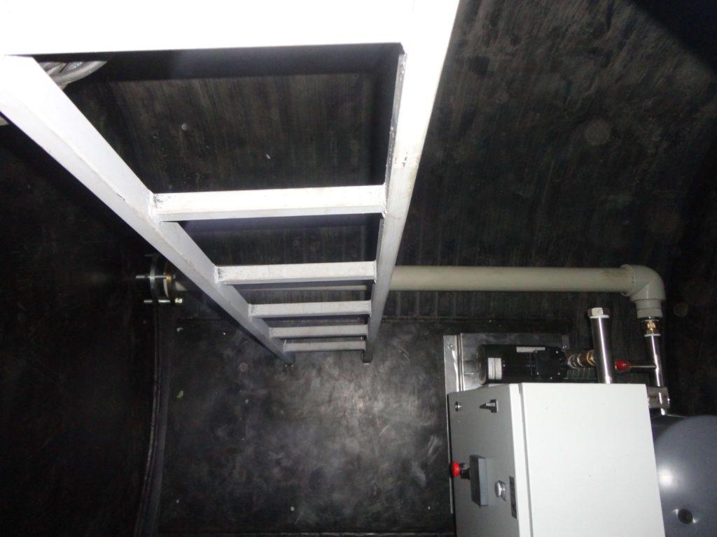 Насосная станция повышения давления, для питьевого водоснабжения жилых танхаусов, производительностью 20 м³/час напором 40 метров, с размещением в сухом отделении подземной пищевой емкости объемом 20 м³ с внутренним заборным трубопроводом ДУ 80 питьевой воды из мокрого отделения емкости.
