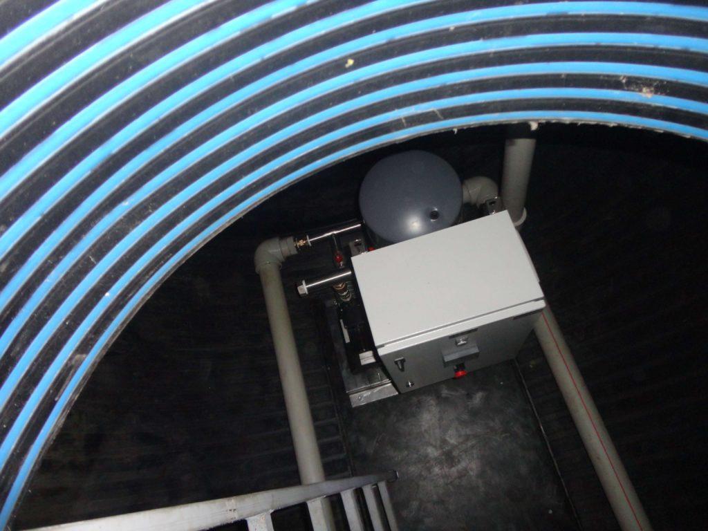 Насосная станция повышения давления, для питьевого водоснабжения жилых танхаусов, производительностью 20 м³/час напором 40 метров, с размещением в сухом отделении подземной пищевой емкости объемом 20 м³ с двумя всасывающими трубопроводами ДУ 80 и напорным, подающим, трубопроводом ДУ 75