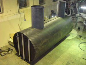 Полиэтиленовая подземная емкость объемом 20 м³ диаметром 2000 мм длиной 8000 мм, с сухим отделением диаметром 2000 мм длиной 1500 мм, для размещения насосной станции подачи питьевой воды в танхаусы, и мокрого отделения объемом 20 м³, для накопления и раздачи питьевой воды, с двумя колодцами для обслуживания диаметром 800 мм высотой 1500 мм. (вид сверху)