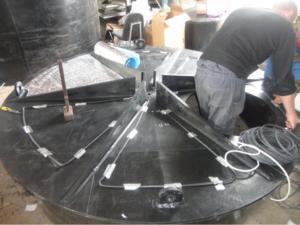 Процесс укладки кабеля на дно емкости