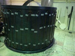 Фото емкости с закрепленным греющем кабелем цилиндрической части емкости